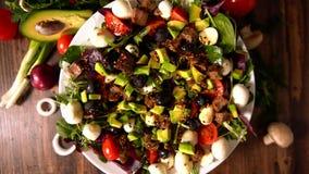 Salada fresca gourmet que gerencie em um carrossel do alimento vídeos de arquivo