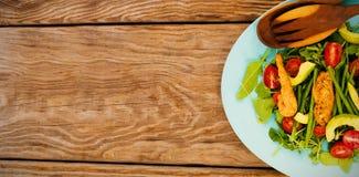 Salada fresca na placa azul na tabela de madeira marrom Fotografia de Stock