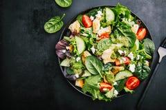 Salada fresca saboroso com galinha, pesto e vegetais imagem de stock
