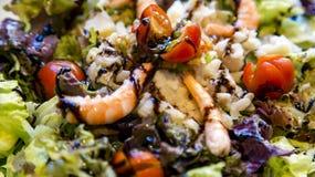 Salada fresca saudável com camarões, tomates de cereja e molho balsâmico fotografia de stock
