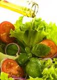Salada fresca saudável com petróleo verde-oliva Imagens de Stock Royalty Free