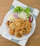 Salada friável do peixe-gato com manga e o vegetal verdes Imagens de Stock