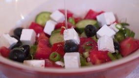 A salada grega, azeite é-lhe adicionada video estoque