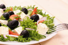 Salada grega, azeitonas pretas gigantescas, queijo dos carneiros Imagem de Stock Royalty Free