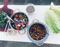 A salada grega caseiro e o grão-de-bico espalham imagens de stock royalty free