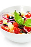Salada grega clara com os legumes frescos, decorados com manjericão. Fotografia de Stock Royalty Free