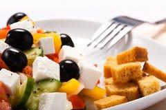 A salada grega com fritos de pão Imagem de Stock Royalty Free