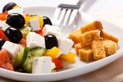 A salada grega com fritos de pão Fotografia de Stock
