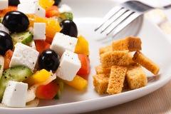 A salada grega com fritos de pão Imagens de Stock Royalty Free