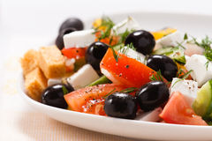 A salada grega com fritos de pão e verdes Fotografia de Stock Royalty Free