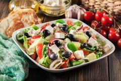 Salada grega com legumes frescos fotografia de stock royalty free