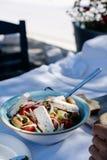 Salada grega com legumes frescos, queijo de feta e azeitonas pretas imagens de stock