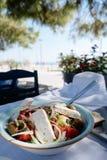 Salada grega com legumes frescos, queijo de feta e azeitonas pretas fotos de stock