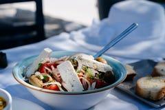 Salada grega com legumes frescos, queijo de feta e azeitonas pretas foto de stock royalty free