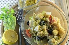 Salada grega com pão torrado e molho da mostarda do mel Imagens de Stock Royalty Free