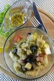 Salada grega com pão torrado e molho da mostarda do mel Imagem de Stock Royalty Free