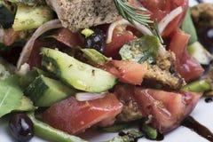 A salada grega com queijo 13close do mizithra levanta o tiro Imagens de Stock Royalty Free