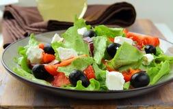 Salada grega com queijo de feta, azeitonas Fotos de Stock Royalty Free