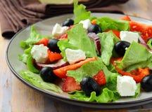 Salada grega com queijo de feta, azeitonas Imagens de Stock