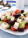 Salada grega em uma placa imagens de stock
