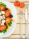 Salada grega em uma placa branca Imagens de Stock Royalty Free
