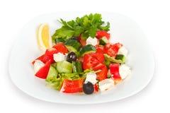 Salada grega fresca na bacia branca Fotos de Stock