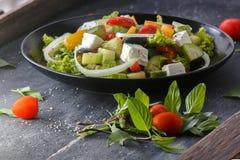 Salada grega no fundo de madeira Foto de Stock Royalty Free