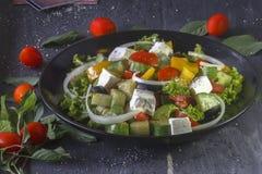 Salada grega no fundo de madeira Fotografia de Stock Royalty Free