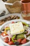 Salada grega nos consoles gregos imagem de stock