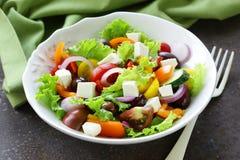 Salada grega tradicional com queijo de feta, tomates, azeitonas e alface Imagens de Stock Royalty Free
