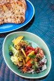 Salada grelhada do camarão com pão da manga, do tomate, o balsâmico e do pão árabe imagem de stock royalty free