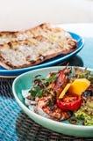 Salada grelhada do camarão com pão da manga, do tomate, o balsâmico e do pão árabe Imagens de Stock