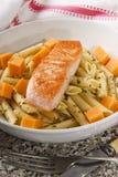 Salada irlandesa do macarronete com queijo cheddar salmon e suave Imagens de Stock Royalty Free