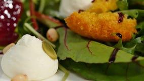 Salada italiana da beterraba do assado Salada de beterrabas roasted com queijo e pinhões de cabra no prato branco em um branco Imagens de Stock Royalty Free