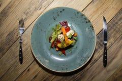 Salada italiana em uma placa fotos de stock royalty free