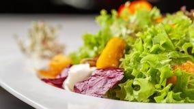 Salada italiana europeia da alface, dos tomates de cereja, da abóbora, de flores comestíveis da abóbora, e de sementes de abóbora imagens de stock