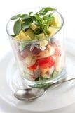 Salada mergulhada do cobb em um copo de vidro Fotos de Stock