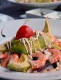 Salada misturada com camarão e o abacate cozinhados Foto de Stock