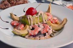 Salada misturada com camarão e o abacate cozinhados Fotos de Stock