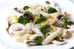 Salada misturada com ovos, massa, cogumelos e chicke Fotografia de Stock