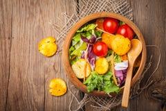 Salada misturada com pão torrado Imagem de Stock