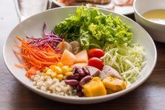Salada misturada com tomates, milho, cenouras, cantalupo, feijões vermelhos, imagens de stock