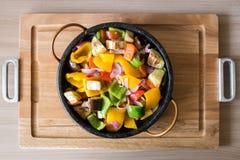 Salada misturada da pimenta em uma bandeja de madeira Imagens de Stock