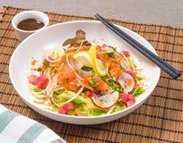 Salada misturada dos peixes de Salmon Tuna Raw com molho japonês Fotos de Stock Royalty Free