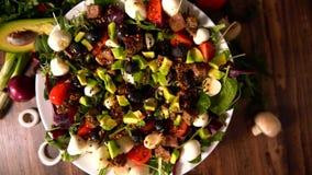 Salada misturada fresca gourmet em um carrossel do alimento filme