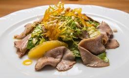 Salada morna com as sementes da carne e de sésamo fotografia de stock