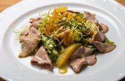Salada morna com as sementes da carne e de sésamo imagem de stock royalty free