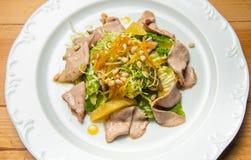 Salada morna com as sementes da carne e de sésamo fotografia de stock royalty free