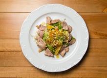 Salada morna com as sementes da carne e de sésamo imagens de stock royalty free