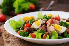 Salada morna com fígado de galinha, feijões verdes, ovos, tomates foto de stock